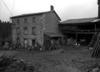 © Roger Choplain, Roland Maston, Région Auvergne - Inventaire général du Patrimoine culturel, ADAGP - Vue du logis et du séchoir sur remise, depuis la cour.