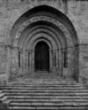 &copy; Roger Choplain, Roland Maston, Région Auvergne - Inventaire général du Patrimoine culturel, ADAGP - Dore-l'Eglise, village. Eglise paroissiale Saint-Blaise.<br /> Vue du portail ouest.<br />