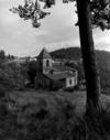 © Roger Choplain, Roland Maston, Région Auvergne - Inventaire général du Patrimoine culturel, ADAGP - Vue générale de l'église dans le site depuis le sud-ouest.