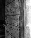 © Roger Choplain, Roland Maston, Région Auvergne - Inventaire général du Patrimoine culturel, ADAGP - Détail du battant sud montrant les deux épaisseurs de planches, l'assemblage à mi-bois et les clous à têtes carrées.