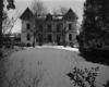 © Roger Choplain, Roland Maston, Région Auvergne - Inventaire général du Patrimoine culturel, ADAGP - Vue générale de l'élévation antérieure de la maison.