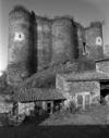 © Roger Choplain, Roland Maston, Région Auvergne - Inventaire général du Patrimoine culturel, ADAGP - Vue générale de l'élévation est de la deuxième enceinte.