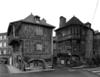 © Roger Choplain, Roland Maston, Région Auvergne - Inventaire général du Patrimoine culturel, ADAGP - Vue d'ensemble des maisons de la place Jean Jaurès et de la rue des Boucheries, de la place, du sud.
