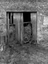 © Roger Choplain, Roland Maston, Région Auvergne - Inventaire général du Patrimoine culturel, ADAGP - Grange-étable 2, élévation postérieure : vue de détail de la porte de la grange et de l'arc de décharge (à l'ouest).