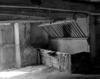 © Roger Choplain, Roland Maston, Région Auvergne - Inventaire général du Patrimoine culturel, ADAGP - Grange-étable, intérieur de l'étable : vue de détail d'une mangeoire (de l'est)
