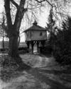 © Roger Choplain, Roland Maston, Région Auvergne - Inventaire général du Patrimoine culturel, ADAGP - Vue d'ensemble de l'accès principal avec le pigeonnier-porche (du nord-est).