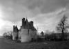 © Roger Choplain, Roland Maston, Région Auvergne - Inventaire général du Patrimoine culturel, ADAGP - Façade postérieure Sud et façade latérale Est, vue de trois quart Sud-est ; au fond, pigeonnier .