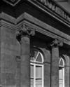 © Roger Choplain, Roland Maston, Région Auvergne - Inventaire général du Patrimoine culturel, ADAGP - Hôtel de Chazerat. Façade postérieure. Détail des chapiteaux