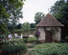 © Roger Choplain, Roland Maston, Région Auvergne - Inventaire général du Patrimoine culturel, ADAGP - Limons, Le Beaudinet, vue générale de la cabane de jardin au bord de l'étang.