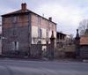 © Roger Choplain, Roland Maston, Région Auvergne - Inventaire général du Patrimoine culturel, ADAGP - Maringues, vue générale d'une ferme depuis la rue.