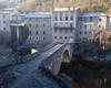 © Roger Choplain, Roland Maston, Région Auvergne - Inventaire général du Patrimoine culturel, ADAGP - Olliergue, village, vue générale du pont depuis la rive droite