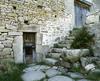 © Roger Choplain, Roland Maston, Région Auvergne - Inventaire général du Patrimoine culturel, ADAGP - Saint-Pierre-de-la-Bourlhonne, chez Leprêtre, détail, escalier montant à la porte de grange