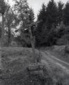 © Roger Choplain, Roland Maston, Région Auvergne - Inventaire général du Patrimoine culturel, ADAGP - Vertolaye, Florasse, croix de carrefour en bois