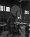 © P. Hervouet, Région Auvergne - Inventaire général du Patrimoine culturel, ADAGP - Scie à ruban stockée dans l'ancien atelier d'étirage des manches de faux.