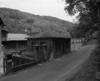 © Ph. Inv. P. Hervouet, Région Auvergne - Inventaire général du Patrimoine culturel, ADAGP - Atelier de forge et d'ajustage : façade sud-ouest. Le bâtiment au premier plan a été ajouté vers 1914.