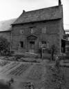 © Roger Choplain, Roland Maston, Région Auvergne - Inventaire général du Patrimoine culturel, ADAGP - Mazaye, Coheix. Ferme, vue de détail de la façade principale du logis.
