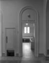 © Roger Choplain, Roland Maston, Région Auvergne - Inventaire général du Patrimoine culturel, ADAGP - Porte d'une cabine de bain minéral et trappe à linge, galerie est, 1er étage, détail.